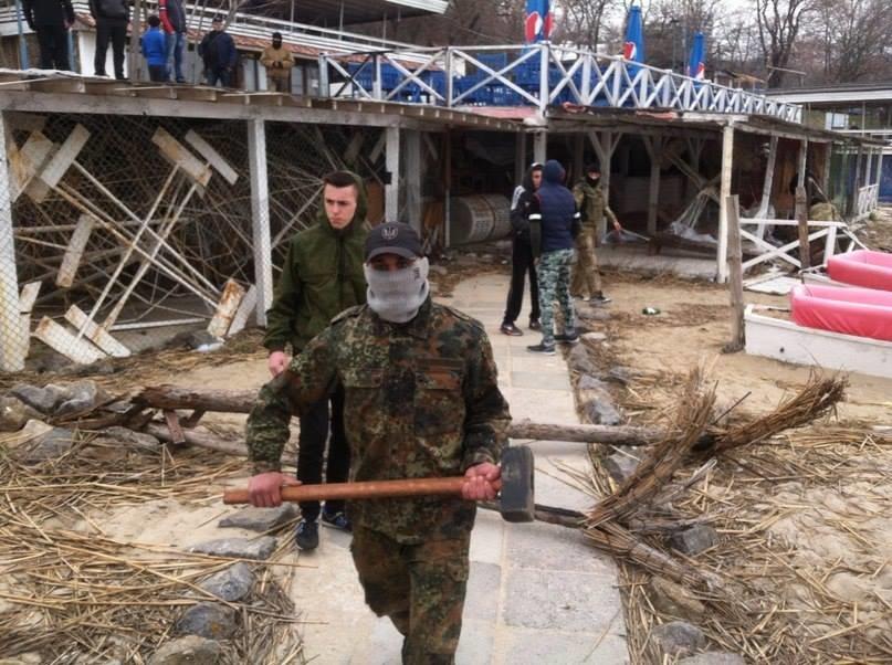 c433964d1ac991edc93cce245eb43475 Одесские активисты разгромили навесы и спасательную вышку на Ланжероне