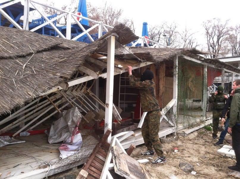 fbee4be77493e2d42de40924ca912208 Одесские активисты разгромили навесы и спасательную вышку на Ланжероне