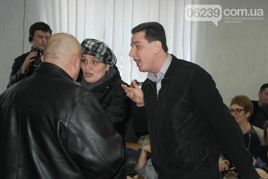 Руслан Требушкин скрывается от  неугодной общественности Красноармейска (Покровска), прячась за спины бабушек и «перекрашенных активистов» (фото) - фото 4