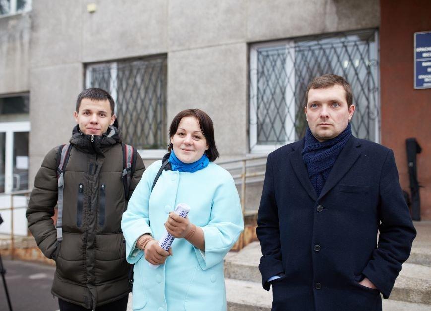 Руслан Требушкин скрывается от  неугодной общественности Красноармейска (Покровска), прячась за спины бабушек и «перекрашенных активистов», фото-6