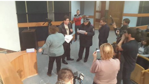 Руслан Требушкин скрывается от  неугодной общественности Красноармейска (Покровска), прячась за спины бабушек и «перекрашенных активистов», фото-2