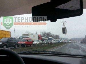 Під Тернополем – довжелезні затори, люди знову перекрили трасу (фото), фото-4