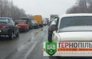Під Тернополем – довжелезні затори, люди знову перекрили трасу (фото), фото-1