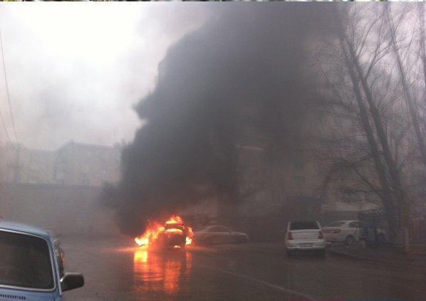 В Ростове на Магнитогорской полностью сгорела иномарка (фото) - фото 1