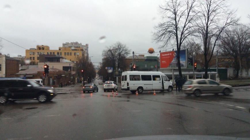 На перекрестке Воскресенской и Чкалова в аварию попала 40-я маршрутка (фото) - фото 2