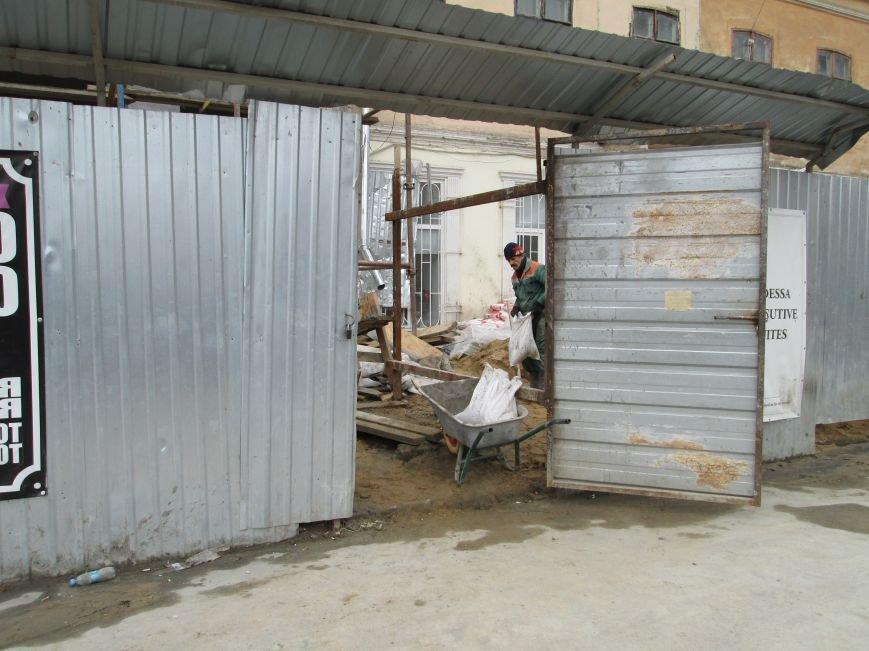25877224e003a489ee50ea9d234e49b1 В центре Одессы - непрекращаемая стройка: Дерибасовская готовится к курортному сезону