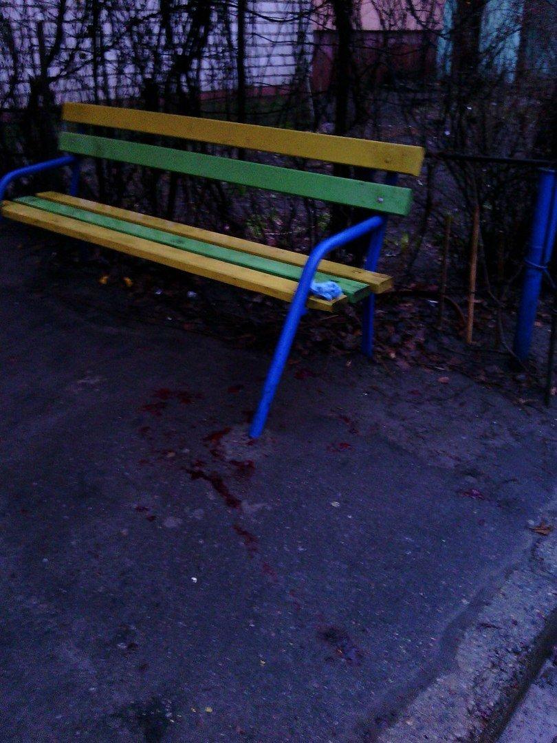 В Кременчуге на лавочке под домом весь в крови умер старенький дедушка (фото) - фото 1