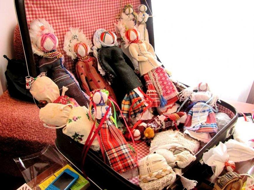 Херсонским школьникам рассказали секреты изготовления куклы-мотанки (фото) (фото) - фото 2