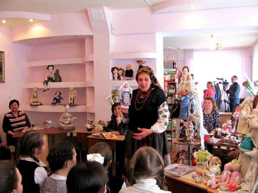 Херсонским школьникам рассказали секреты изготовления куклы-мотанки (фото) (фото) - фото 1