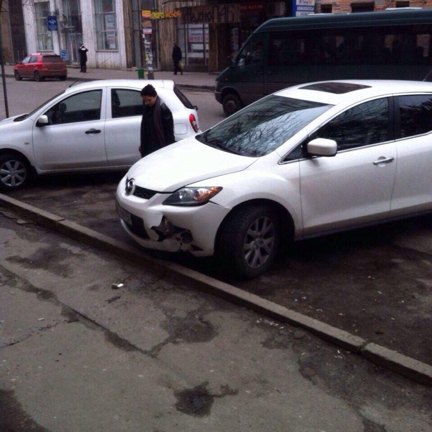 Девушка на «Мазде» перепутала газ с тормозом и влетела в магазин (ФОТО) (фото) - фото 1