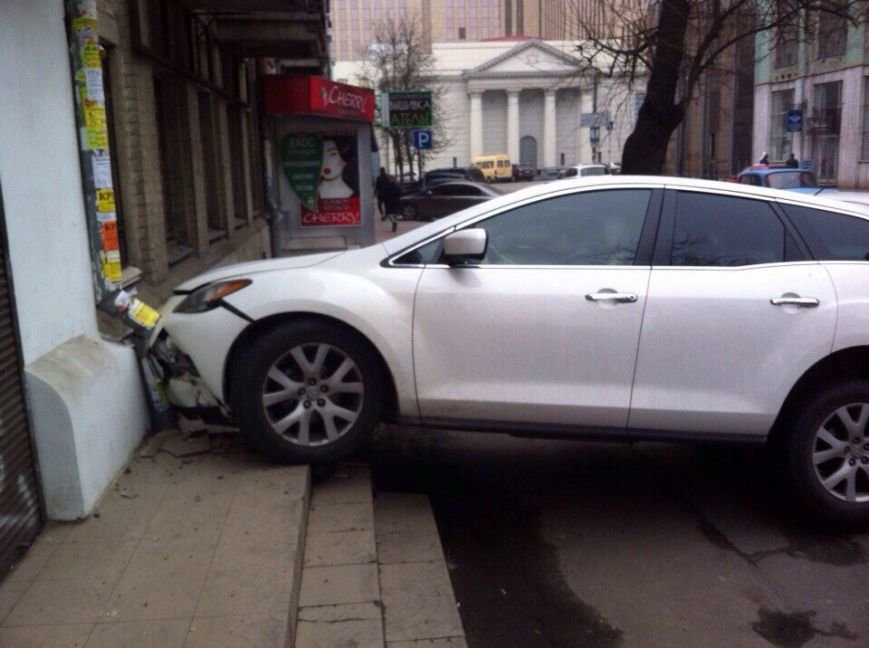Девушка на «Мазде» перепутала газ с тормозом и влетела в магазин (ФОТО) (фото) - фото 3