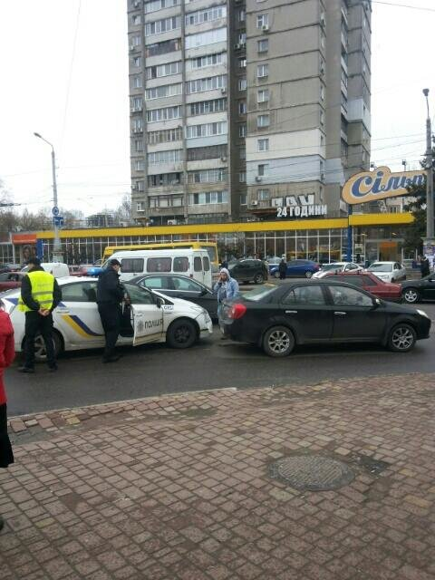 114ebd6d8dfb78f79e067590a5945ae6 В Одессе полицейский автомобиль спровоцировал аварию