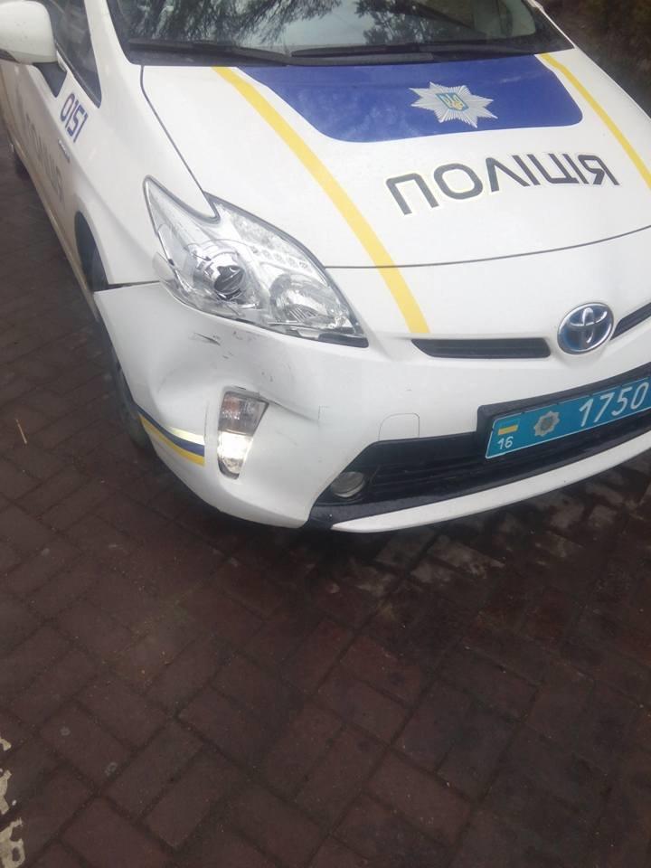d9bafc0d2eb7cad52816fc9a38b489a4 В Одессе полицейский автомобиль спровоцировал аварию