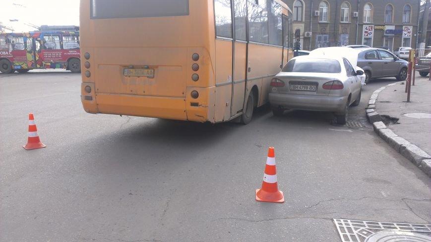 В центре Одессы маршрутка устроила аварию (ФОТО) (фото) - фото 1
