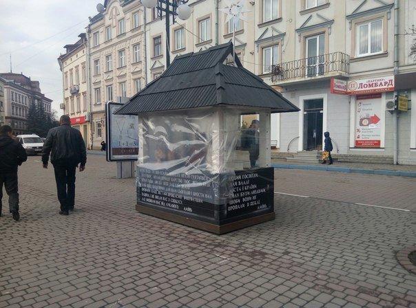 Вандали знову понівечили різдвяну шопку в центрі міста. Фото (фото) - фото 1