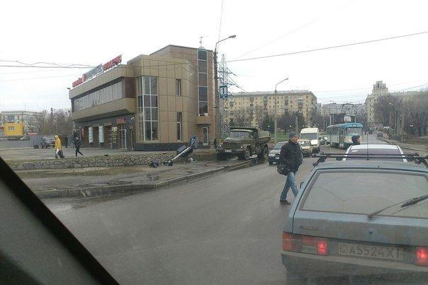 На Салтовке грузовик снес светофор (ФОТОФАКТ) (фото) - фото 1