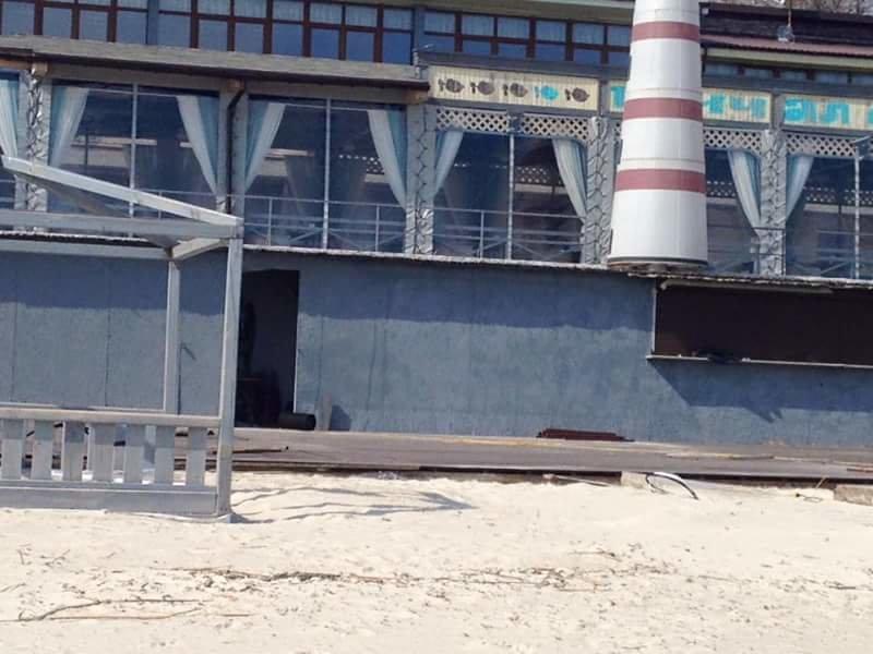 На Ланжероне у одесситов отбирают песок, закрывая берег помостами (ФОТО) (фото) - фото 1