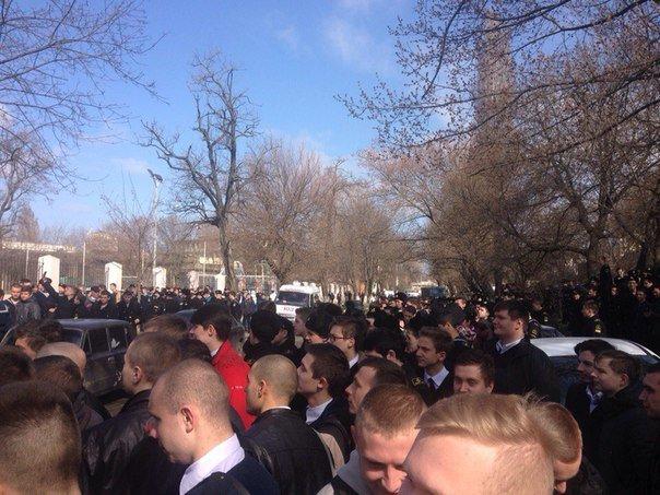 Угроза взрывов: В Одессе  эвакуируют студентов из училища, а судей - из Приморского суда (ДОБАВЛЕНО ФОТО, ВИДЕО) (фото) - фото 1