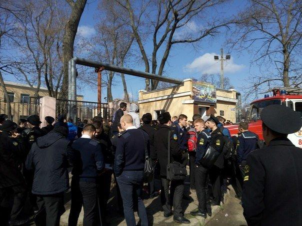 Угроза взрывов: В Одессе  эвакуируют студентов из училища, а судей - из Приморского суда (ДОБАВЛЕНО ФОТО, ВИДЕО) (фото) - фото 2
