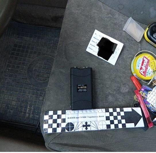 В Киеве полицейские остановили авто с оружием и электрошокером (ФОТО) (фото) - фото 1