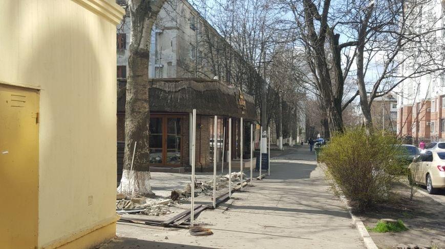 97b8b34c9bbfbadd0d8ad1234e07ac74 В Одессе кафе отбирает тротуар у студентов