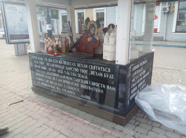 На площі Ринок відновлюють розтрощене на шопці скло. Фото (фото) - фото 3