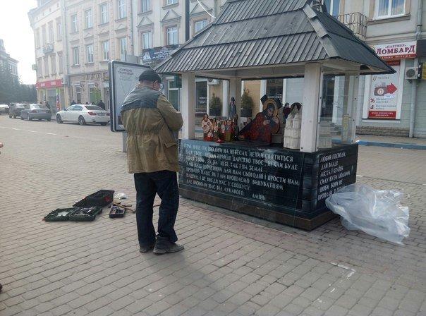 На площі Ринок відновлюють розтрощене на шопці скло. Фото (фото) - фото 1