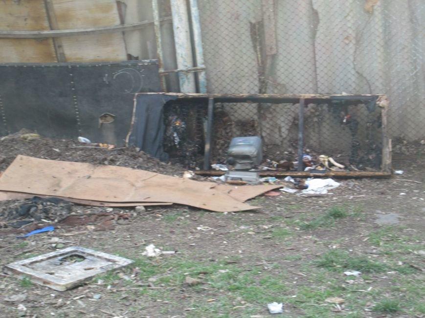 37e55b74a1501c21e77569ebfb7bd407 Возле одесской школы местные жильцы устроили свалку мусорных отходов