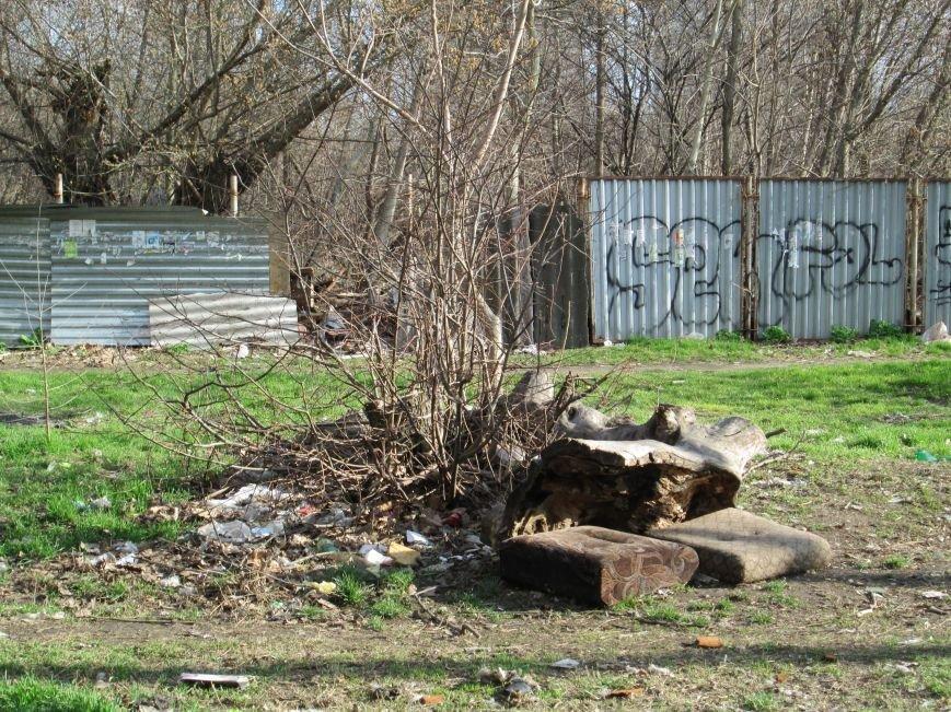 3c7b85b35220e18f9e11b1d85281db62 Возле одесской школы местные жильцы устроили свалку мусорных отходов