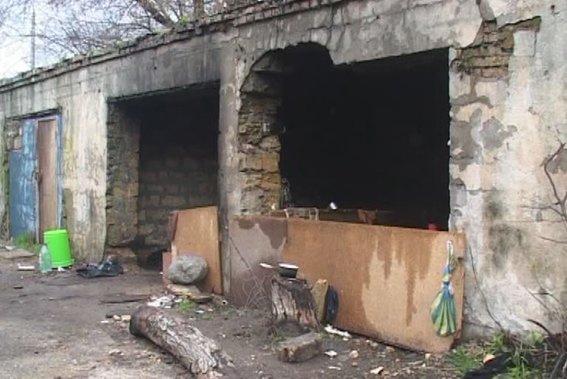 В Одессе бомжи насмерть забили женщину лопатой (ВИДЕО) (фото) - фото 1
