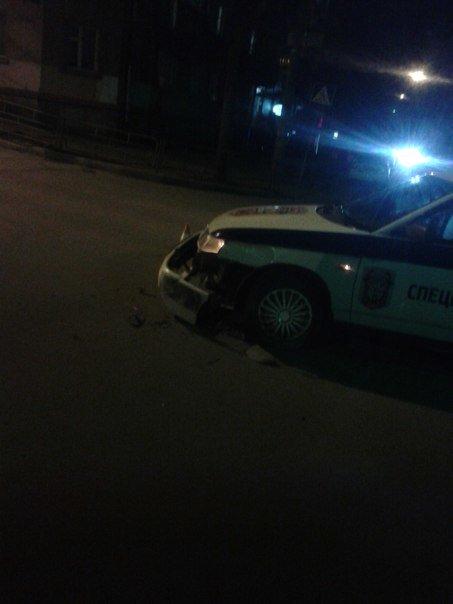 У Тернополі внаслідок ДТП у авто служби охорони ледь не загубило бампер (фото) (фото) - фото 1
