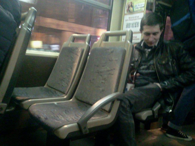 Хотел стать звездой YouTube: пьяный парень катался между вагонами 1-го трамвая (фото) - фото 1