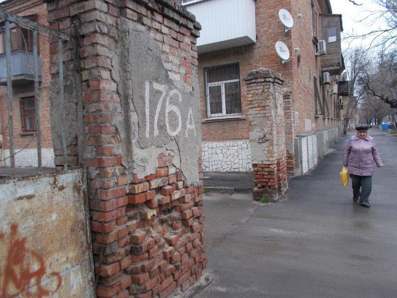 Кирпичные заборы на улице Портовой могут похоронить прохожих (фото) - фото 1