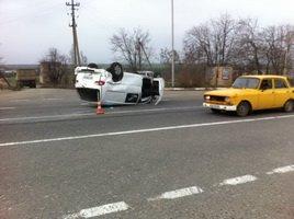 На въезде в Одессу перевернулся микроавтобус: один человек погиб (ФОТО) (фото) - фото 1