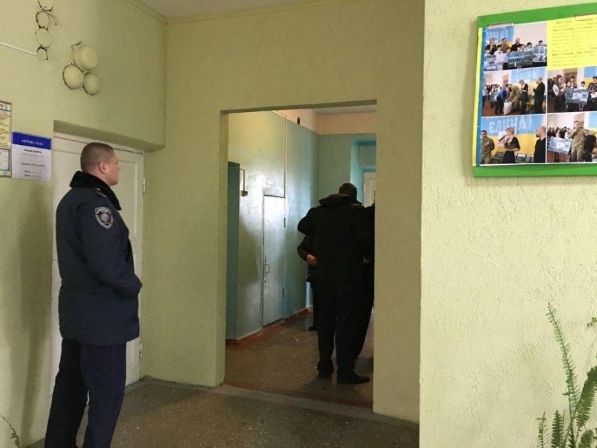 В горизбирком Кривого Рога поступило  сообщение о том, что на избирательном участке обнаружен подозрительный пакет (ФОТО, ДОПОЛНЕНО), фото-2