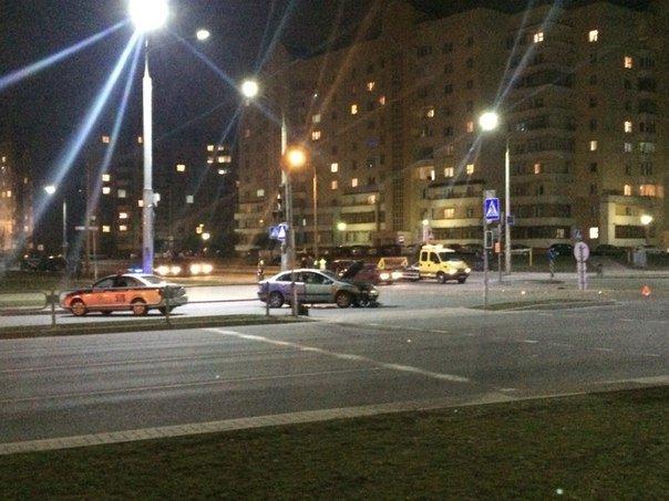 Фотофакт: в Гродно на перекрестке улиц Лиможа-Курчатова при неработающих светофорах столкнулись две иномарки (фото) - фото 3