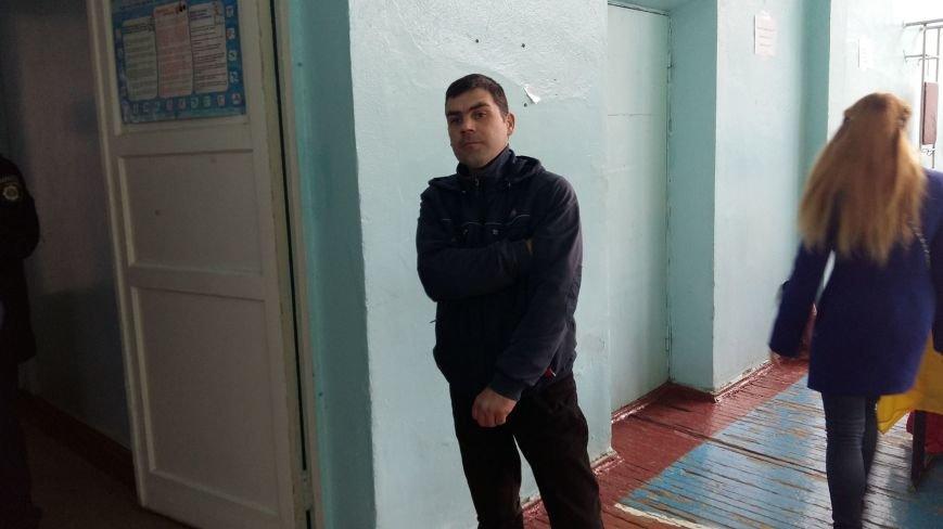 На участке в Терновском райне избиратель спрятал под одеждой бюлетень и пытался уйти с ним (ФОТО), фото-1