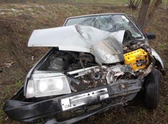 Недалеко от Первомайска водитель не справившись с управлением столкнулся с деревом (фото) (фото) - фото 1
