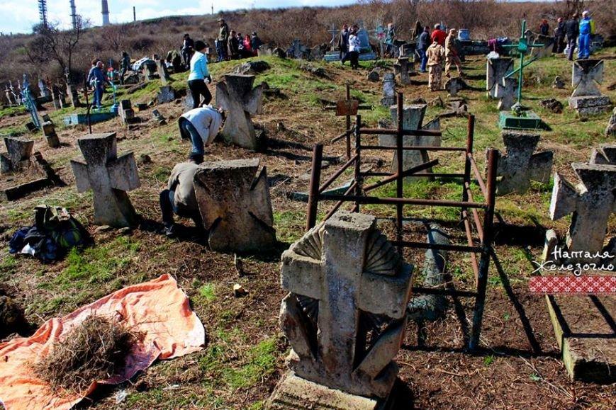 14f563756b031c891a5f550bffaa914b Вместе – сила! Одесские патриоты привели в порядок старинное казацкое кладбище
