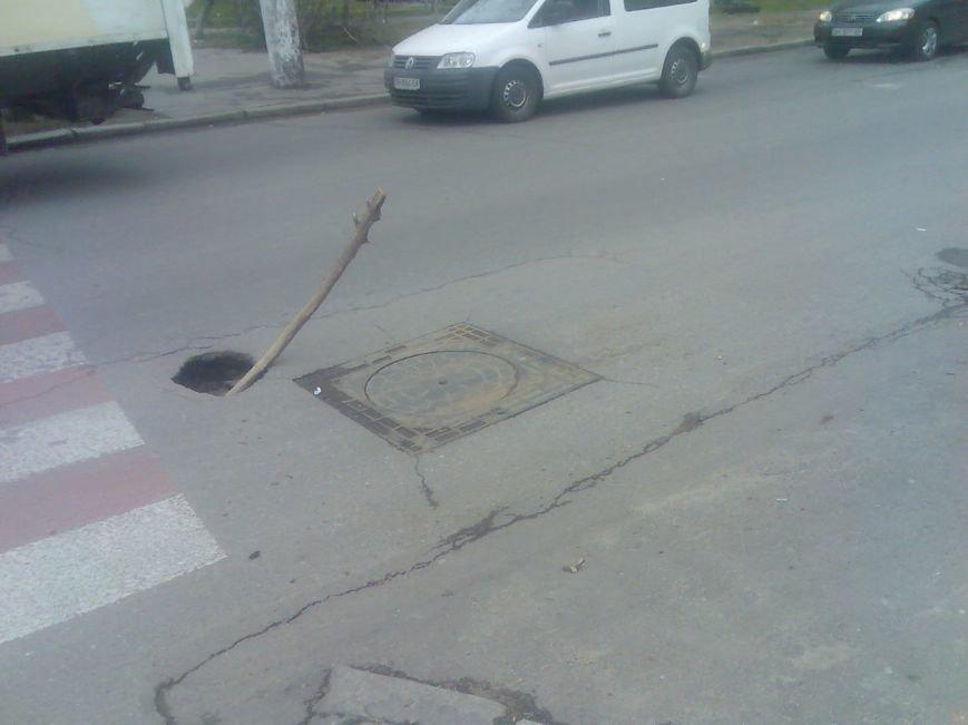 561a5b933aec7e692e972fb6d35c6e5d В Одессе в центре дороги образовался провал