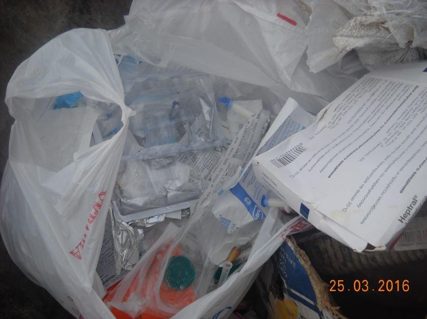 Медработники одесской поликлиники выбрасывают использованные шприцы и лекарства в открытый бак (ФОТО) (фото) - фото 2