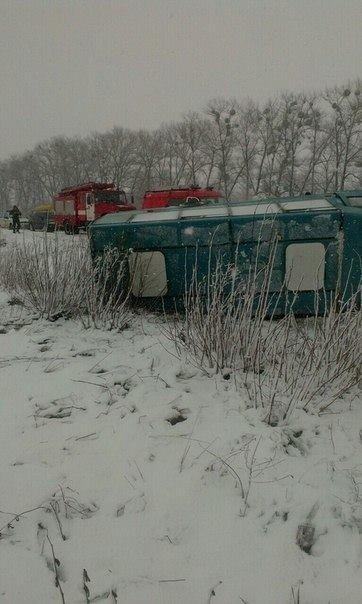 На трассе Киев-Сумы-Юнаковка перевернулся микроавтобус «Сумы-Ромны» (ФОТО) (фото) - фото 1
