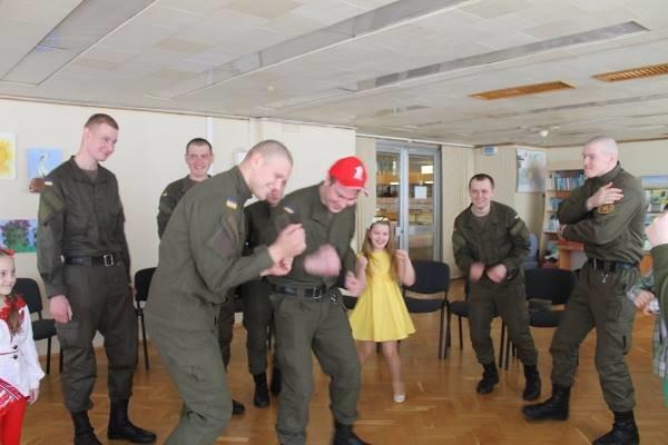 В Херсоне военнослужащие в библиотеке танцевали джайв и пили чай (фото) (фото) - фото 1