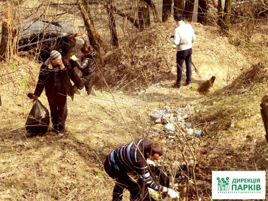Два причепи сміття зібрали поліціянти в черкаському парку (фото) - фото 1