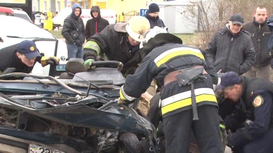 Постраждалий у ДТП на об'їзній дорозі Львова водій помер у лікарні (фото) - фото 1