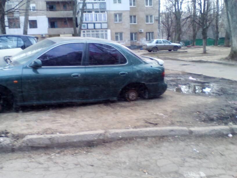 01c3f88765117ffe89b7f738885347e9 В Одессе автомобиль разули и положили на землю