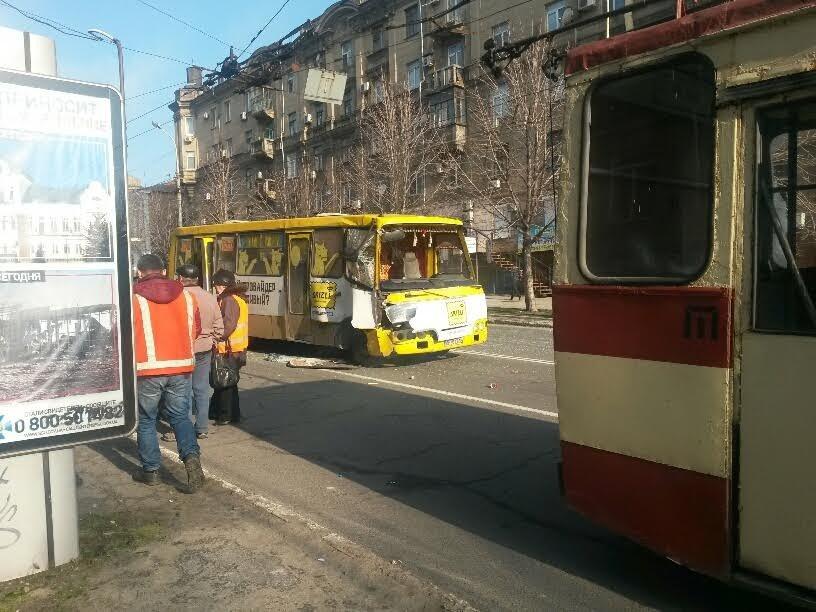 В Мариуполе маршрутка столкнулась с троллейбусом. Пострадали 8 человек (ФОТО+ДОПОЛНЕНО), фото-2