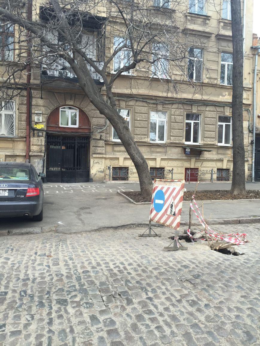 32ad619fd811717c4d66f6d34db2227d В центре Одессы дорога проваливается в подземелье