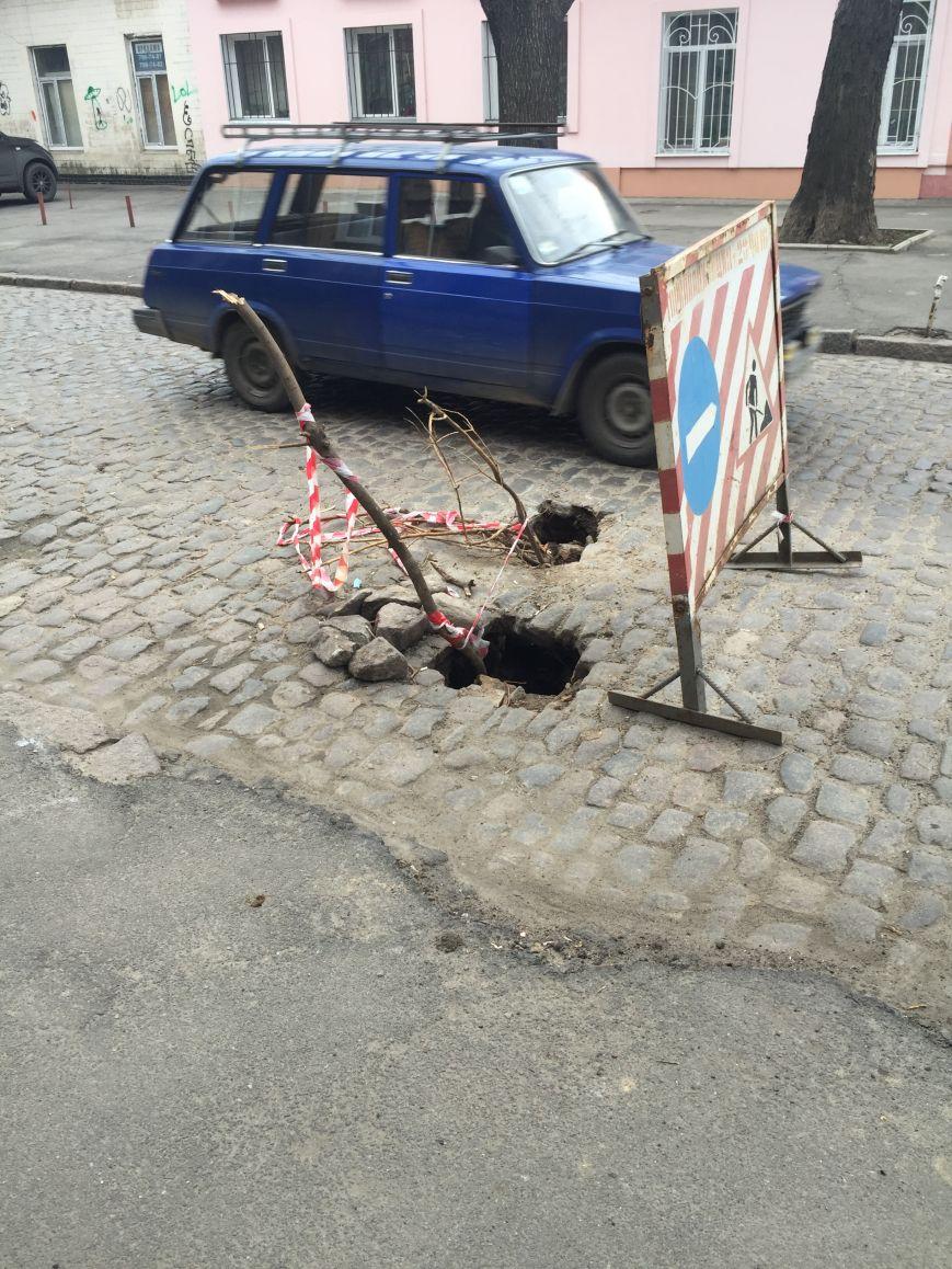 89a7a0ca772a03d66826af7fb4366545 В центре Одессы дорога проваливается в подземелье