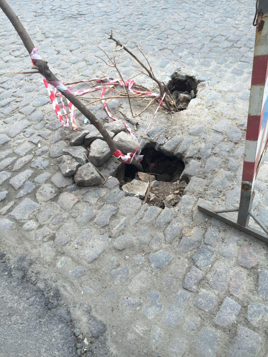 faf968559bef58bd6aea37f77da4d925 В центре Одессы дорога проваливается в подземелье